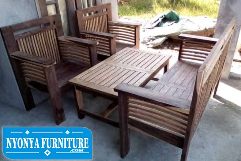 kursi kayu sederhana
